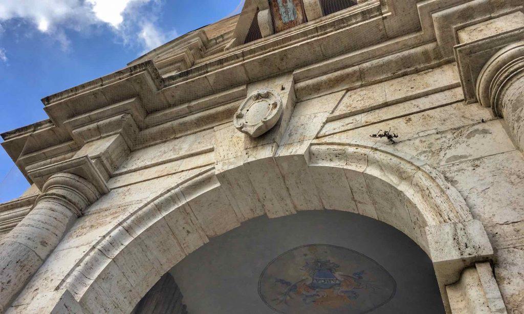 Vista dal basso di Porta Romana di Amelia