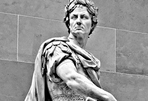 Statua di Giulio Cesare incoronato con alloro