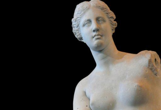 Particolare del busto della statua della Venere di Milo al Museo del Louvre di Parigi