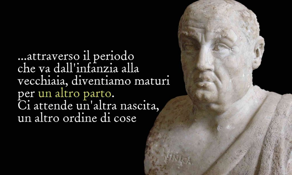 """Busto di Seneca con citazione sulla sua concezione della morte """"attraverso il periodo che va dall'infanzia alla vecchiaia, diventiamo maturi per un altro parto. Ci attende un'altra nascita, un altro ordine di cose """""""