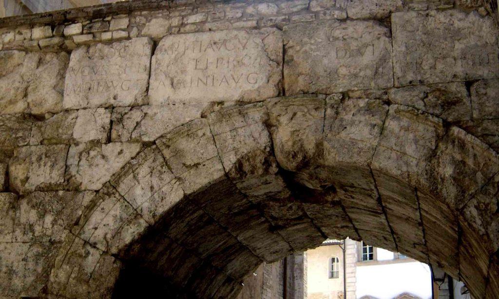 Particolare con iscrizione dell'arco di Druso e Germanico a Spoleto