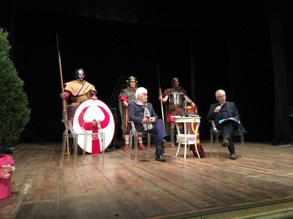 Valerio Massimo Manfredi e Daniele Manacorda al Teatro Sociale di Amelia, sullo sfondo tre legionari romani