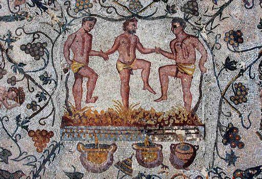 Mosaico romano che mostra tre uomini che pigiano uva