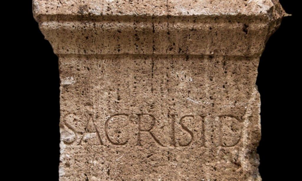 Ara dedicata ad Iside con epigrafe Sacr Isi D